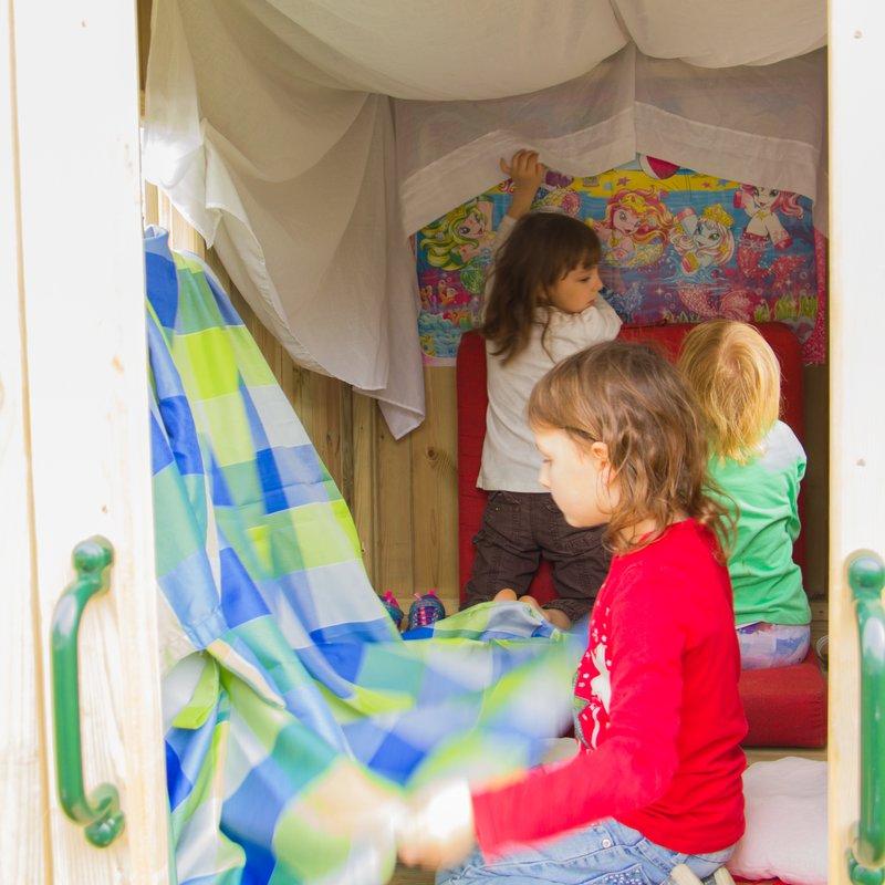 kinderspielhaus bauwagen mawi spiele wertvolle ideen. Black Bedroom Furniture Sets. Home Design Ideas